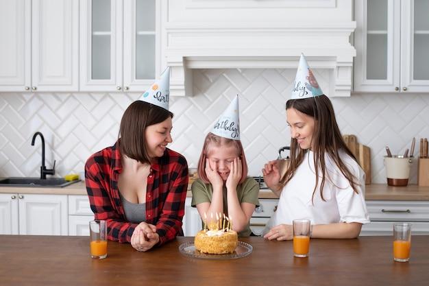 Lgbt-echtpaar brengt tijd samen met hun dochter door op haar verjaardag