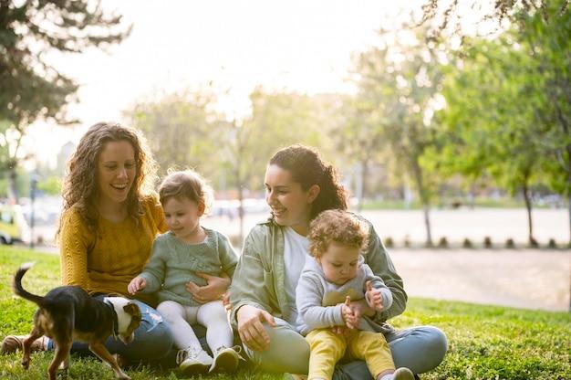 Lgbt-familie buiten in het park met hond