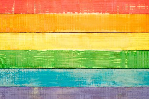 Lgbt-regenboogkleuren, houten achtergrond, kopie ruimte, plat leggen, bovenaanzicht
