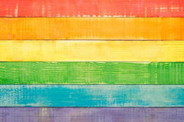 Lgbt-regenboogkleuren op houten planken