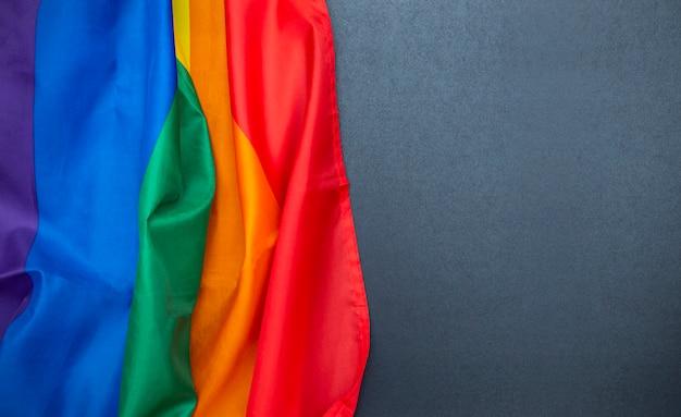 Lgbt-regenboogvlag op bord, zwart bord met copyspace, homovlag als achtergrond, conceptbeeld