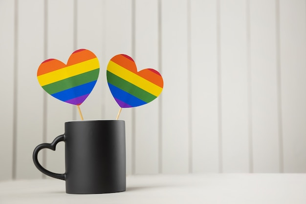 Lgbtq-de kleuren van de regenboogharten van de koffiemok de gemeenschappelijke, rode koffiemok