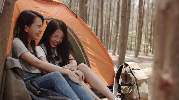 Lgbtq lesbische vrouwen koppelen samen kamperen of picknicken in het bos