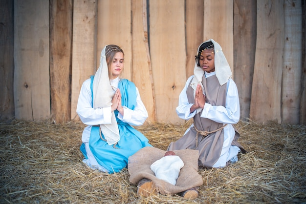 Lgtb kerststal met twee maagd maria's