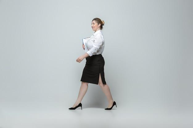Lichaam positief vrouwelijk karakter. zakenvrouw met grote maten