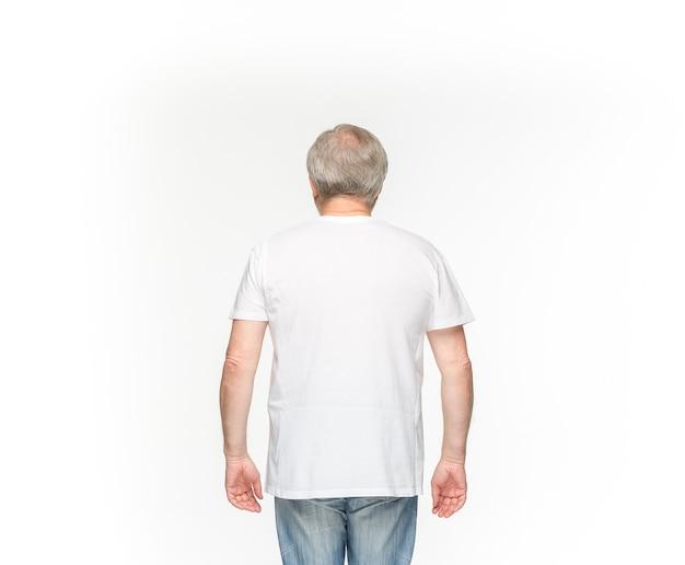 Lichaam van de senior man in lege bruine t-shirt op wit wordt geïsoleerd.