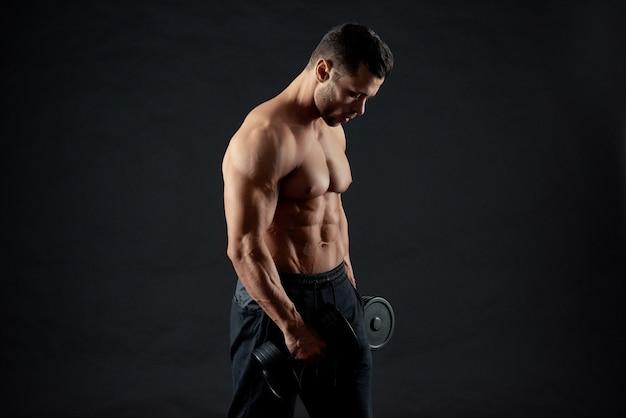Lichaam van de sexy sportieve gespierde bodybuilder