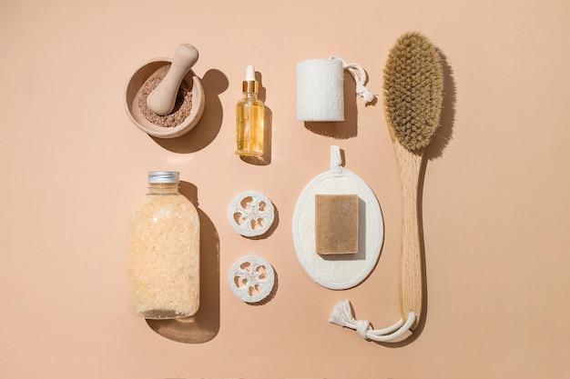 Lichaamsbehandeling en spa-samenstelling plat met natuurlijke schoonheidsproducten eco crème serum huidverzorging lege fles borstel voor droog anti-cellulitis massage druppelaar glas olieachtige cosmetische pipet