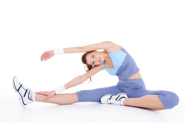 Lichaamsbeweging op de vloer door de jonge vrouw