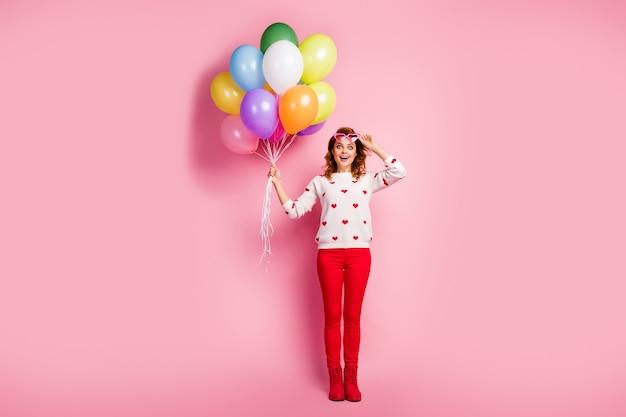 Lichaamsgrootte van de volledige lengte mooi aantrekkelijk mooi blij extatisch vrolijk dromerig meisje in de hand houden van het verjaardagsfeest van bosballen