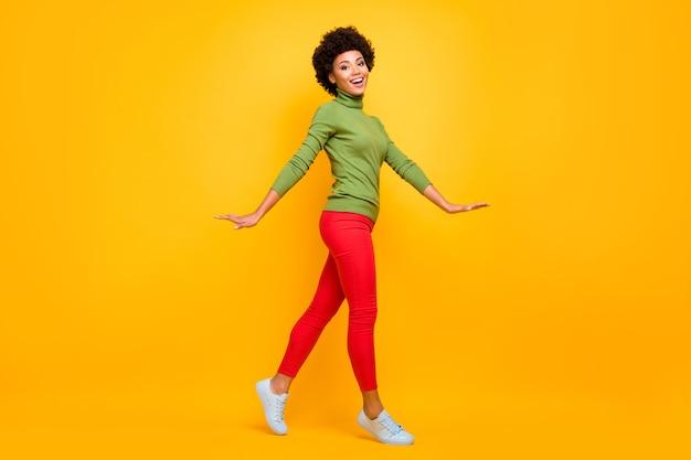 Lichaamsgrootte van de volledige lengte van haar ze mooie aantrekkelijke mooie tiener vrolijk golvend haar meisje wandelen vrije vrije tijd doorbrengen.