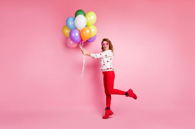 Lichaamsgrootte van volledige lengte mooi aantrekkelijk mooi blij vrolijk foxy meisje in de hand houden van de verjaardagstraditie van bosballen