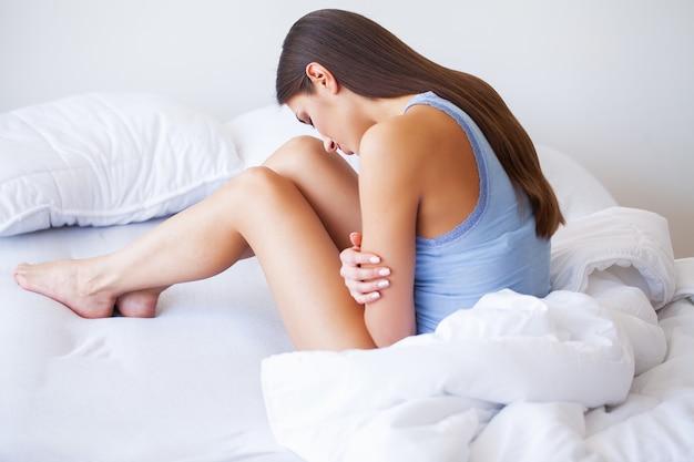 Lichaamspijn. sluit omhoog van mooi vrouwenlichaam die maagpijn hebben