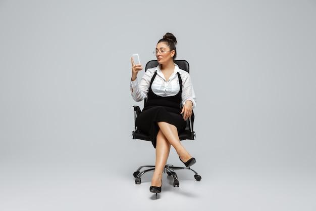 Lichaamspositief vrouwelijk karakter, plus size zakenvrouw