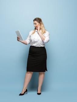Lichaamspositief vrouwelijk karakter. zakenvrouw met grote maten