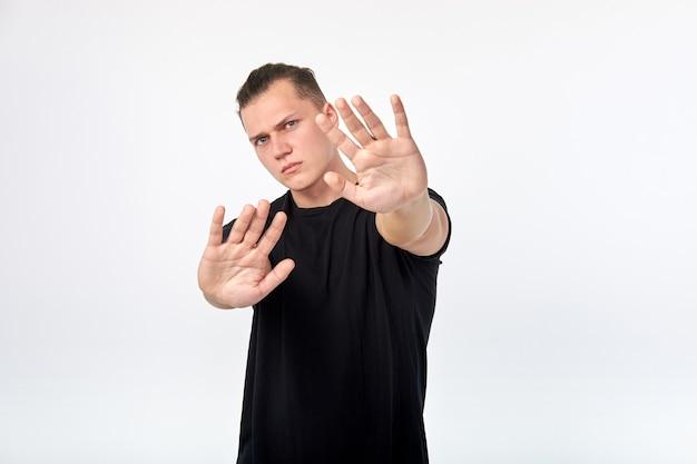 Lichaamstaal. jonge ongelukkig bang man met een gebaar van ontkenning of stop