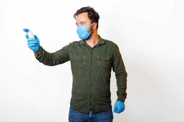 Lichaamstemperatuurmeting. mannelijk de temperatuur controleren met behulp van een infraroodthermometer.