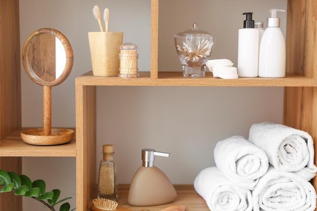 Lichaamsverzorging cosmetica met accessoires op planken in de badkamer
