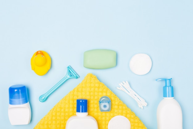 Lichaamsverzorging ochtend routine bovenaanzicht plat lag samenstelling met witte en blauwe items op lichtblauw bureau