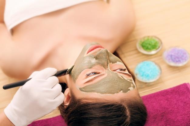Lichaamsverzorging. spa lichaamsmassage behandeling. het meisje ontspant in de spa salon