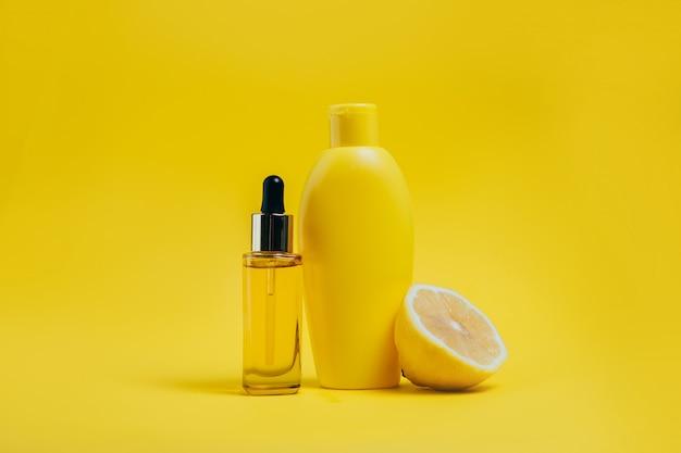 Lichaamsverzorgingsproducten en citroen op geel