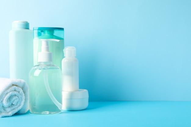 Lichaamsverzorgingsproducten op blauwe achtergrond. persoonlijke hygiëne