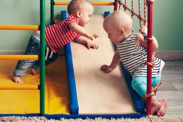 Lichamelijke ontwikkeling van het kind. thuis complexe de sportgymnastiek van kinderen. oefening op simulator. gezonde levensstijl