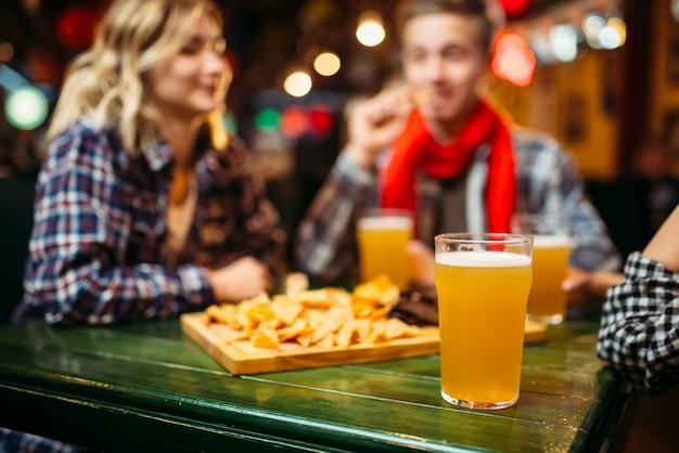 Licht bier in glazen op de tafel in de sportbar
