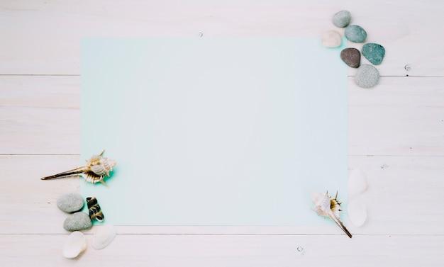 Licht blad met mariene voorwerpen op gestreepte achtergrond