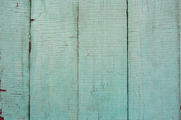 Licht desaturated groen, oude beklemtoonde, doorstane, gebarsten rusic geschilderde buiten houten de planken duidelijke textuur als achtergrond van de muntkleur. trending kleur van het jaar 2020.