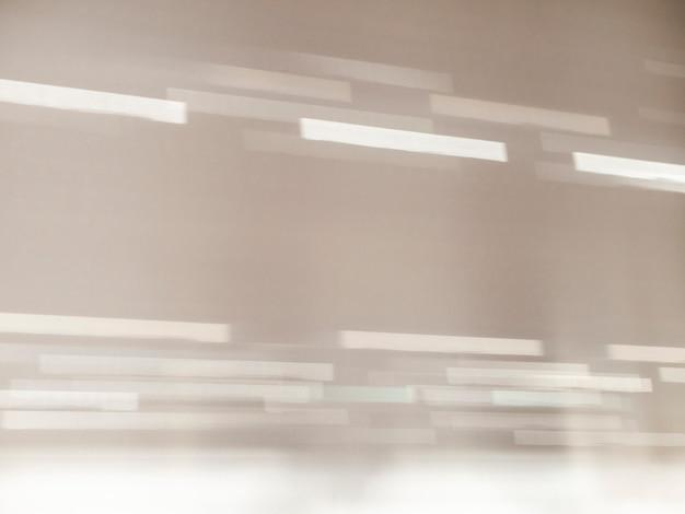 Licht en schaduw bokeh. witte muur met schaduwen uit het raam.
