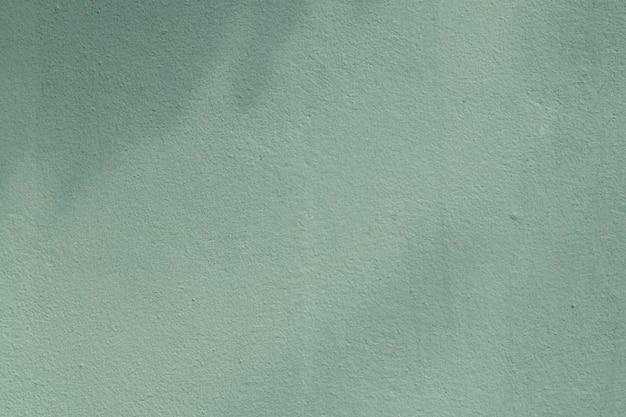 Licht en schaduw op een groene muur