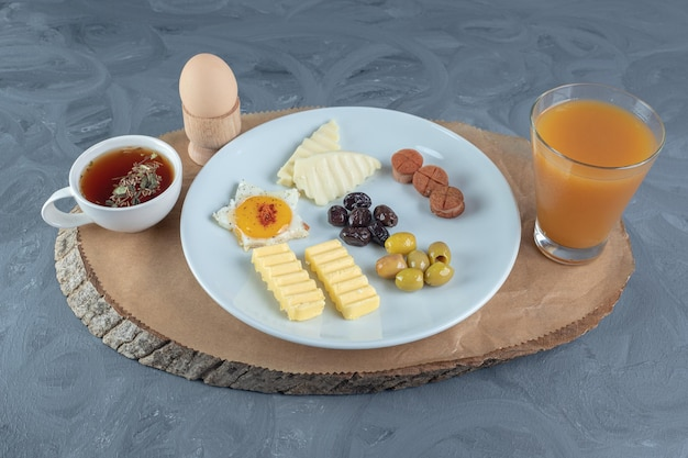 Licht en voedzaam ontbijt op marmeren tafel.