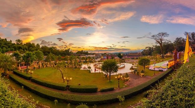 Licht in het park van ranong stad in zonsondergangtijd, thailand