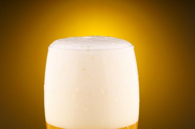 Licht ongefilterd bier met schuim