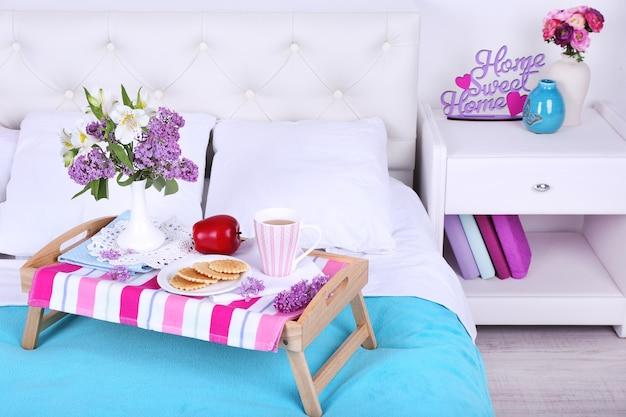 Licht ontbijt en mooi boeket op bed