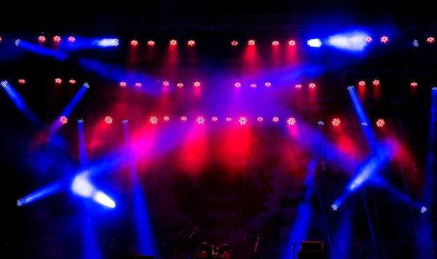 Licht op een leeg podium voor het concert.
