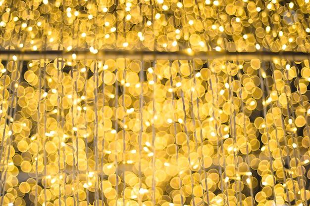 Licht op kerstboom met bokeh voor kerstmis en nieuwjaarsdag