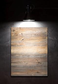 Licht op leeg bord over betonnen muur
