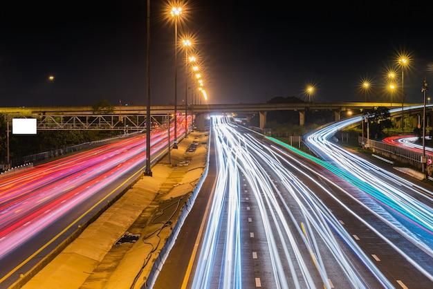 Licht paden op snelweg snelweg 's nachts