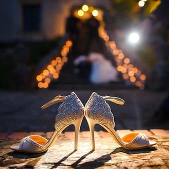 Licht schijnt over elegante schoenen met edelstenen