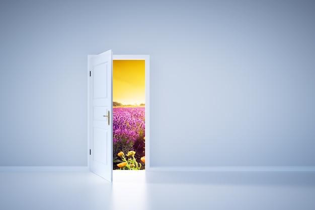 Licht schijnt van een open deur. ingang