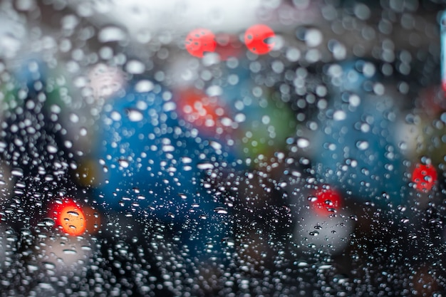 Licht van file in regenende dag