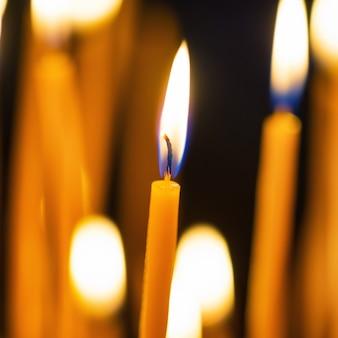 Licht van kaarsen in de kerk op de zwarte achtergrond