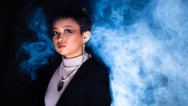 Licht van onderaf geschoten fashion style woman dark set