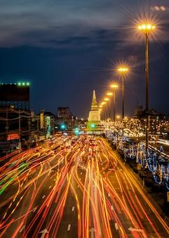 Licht verkeer op de weg 's nachts rond de pagoda, ayutthaya. thailand