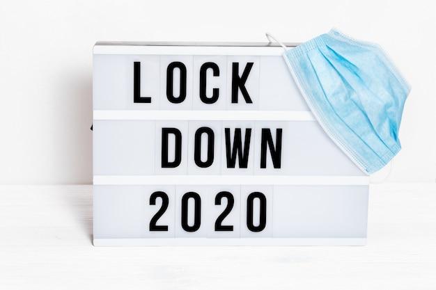 Lichtbak met berichtvergrendeling 2020 en chirurgisch beschermend masker.