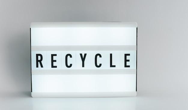 Lichtbak met de kop recycle met copyspace, op witte achtergrond