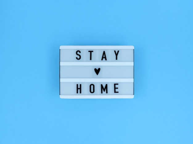 Lichtbak met quote van stay home.