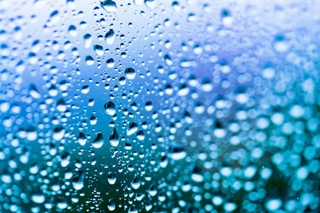 Lichtblauwe achtergrond met waterdruppels